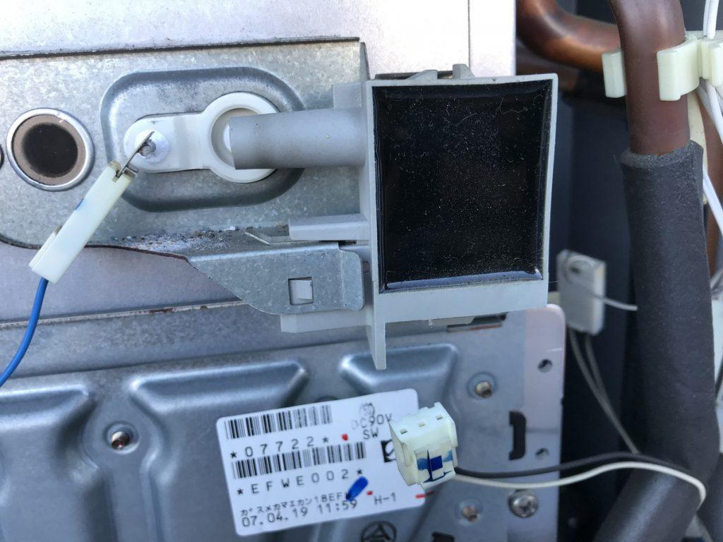 EMUJ004から電気ケーブル外した状態