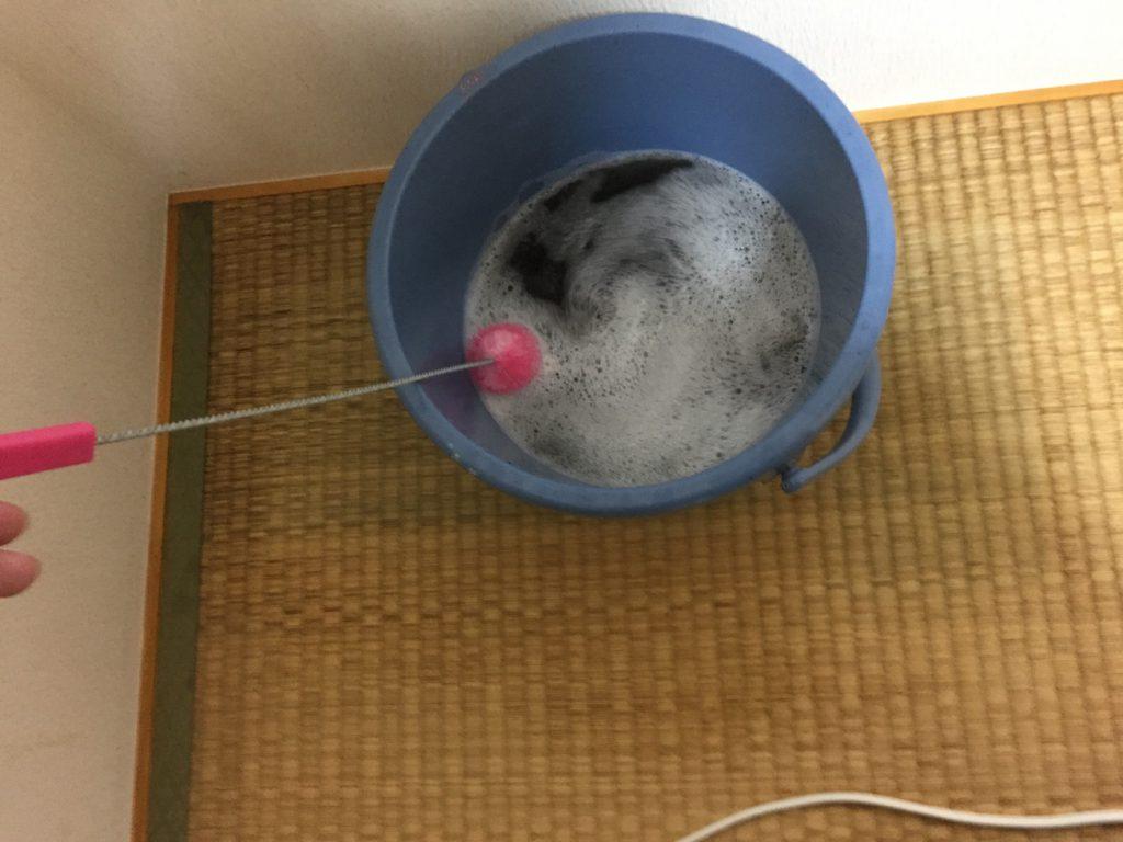 バケツにたまった洗浄液
